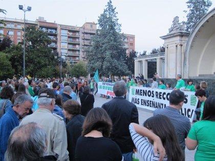 """Cerca de 300 personas piden """"la dimisión de Wert"""" durante una concentración en la Concha del Espolón"""