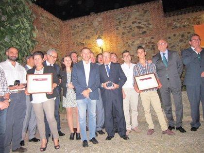 El programa Comando Actualidad, Paradores de España y el restaurador Claudio Vidal recogen los premios Torta del Casar