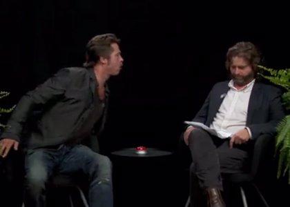 Brad Pitt escupe un chicle a la cara de Zach Galifianakis en plena entrevista