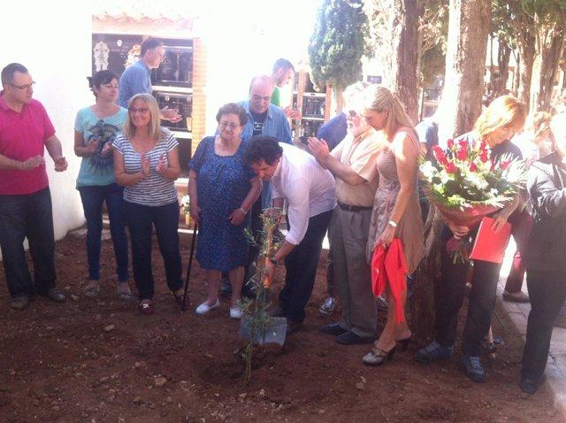 Plantación de un árbol en el cementerio de Borriol