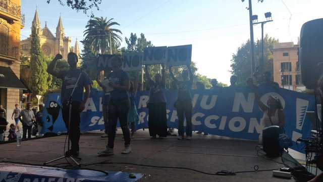 Manifestanes en contra de las prospecciones