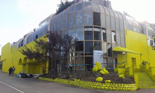 Discoteca Roc 34 pintada de amarillo