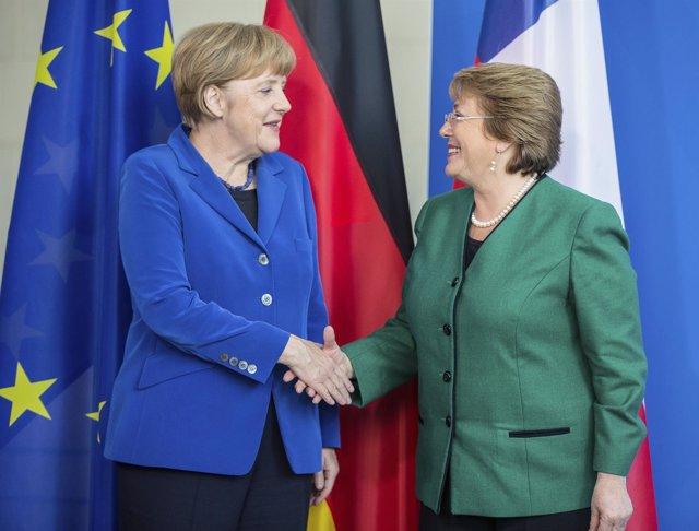 Merkel y Bachelet se saludan durante un encuentro en Berlín