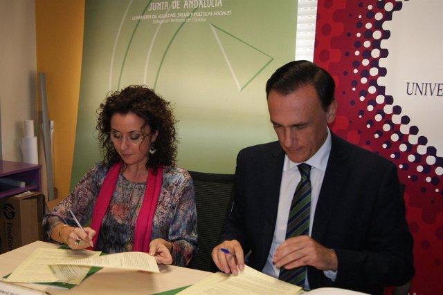 La delegada de Igualdad, Isabel Baena, y rector de UCO, José Carlos Villamandoss