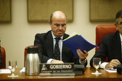 """Guindos cree que la banca española está """"en condiciones"""" de elevar el crédito a familias y empresas"""