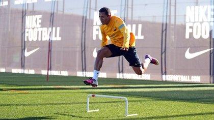 Adriano regresa al grupo mientras que Iniesta, Messi y Neymar trabajan al margen