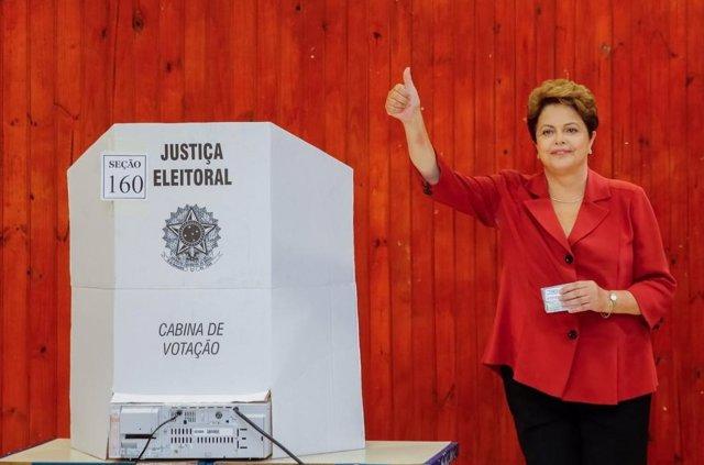 Dilma Rousseff deposita su voto en las elecciones 2014