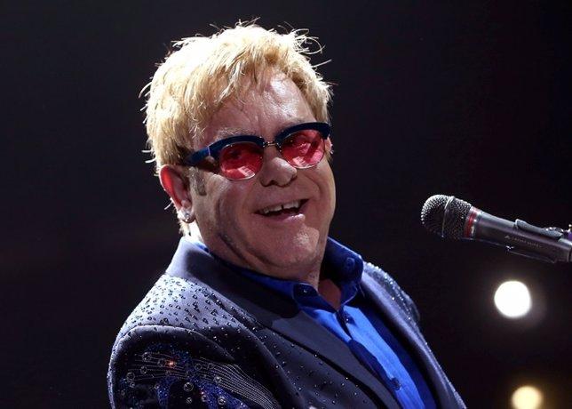 Elton John ayuda a un niño y a su familia a salir de Ucrania