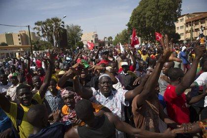 Los manifestantes irrumpen en el Parlamento de Burkina Faso y la Policía se retira