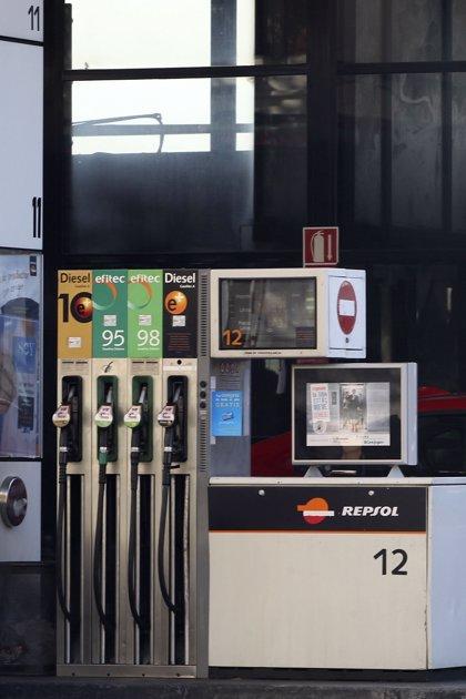 La gasolina y el gasóleo se abaratan hasta un 1,7% en la semana y tocan mínimos desde agosto de 2011