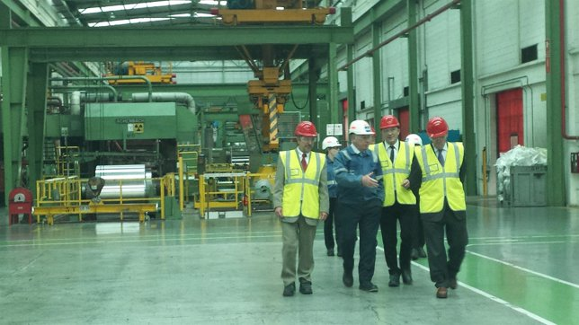 Arturo Aliaga visita la planta de Iberfoil en Sabiñánigo.