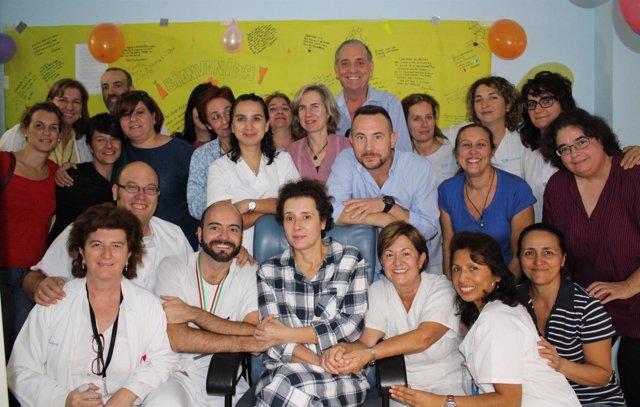 Sanitarios del Carlos III celebran el fin del aislamiento de Teresa Romero