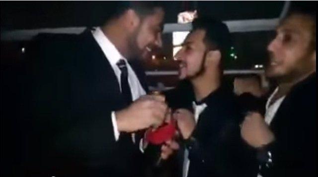 Pareja homosexual casándose en el Nilo