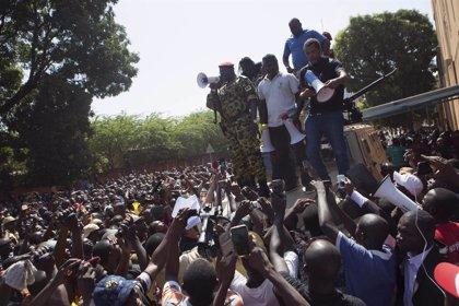 Cientos de personas se manifiestan contra el Ejército en la capital de Burkina Faso