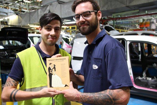 Trabajadores de Ford participantes en  'Autores y autos ¡Arráncate a leer!'v.