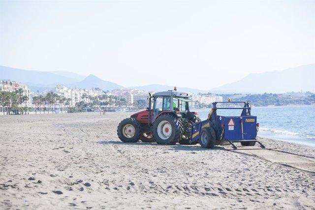 Trabajos de aporte de arena en la playas de Estepona turismo