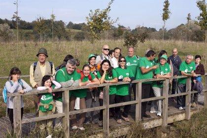Fernández y voluntarios del Provoca participan en la observación e identificación de aves acuáticas en Santoña