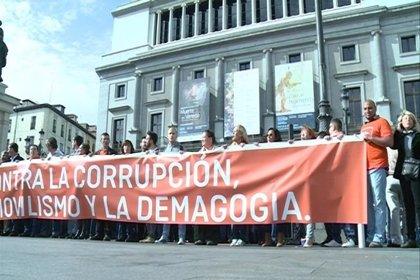"""C's se concentra en Madrid para pedir a PP y PSOE que """"tomen medidas"""" contra la corrupción y cambien la ley"""