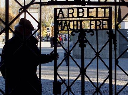 """Roban la puerta del campo de concentración de Dachau con la inscripción nazi """"Arbeit macht frei"""""""