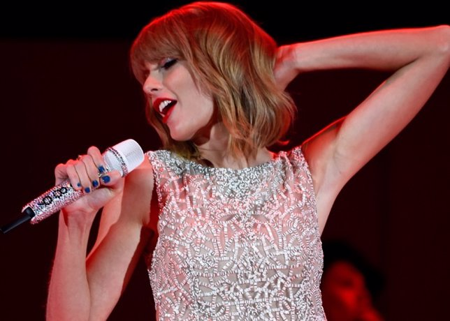 LOS ANGELES, CA - OCTOBER 24:  Singer Taylor Swift performs onstage during CBS R