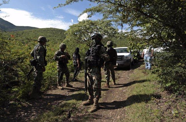 Militares mexicanos custodian una de las fosas halladas en Iguala (Guerrero)