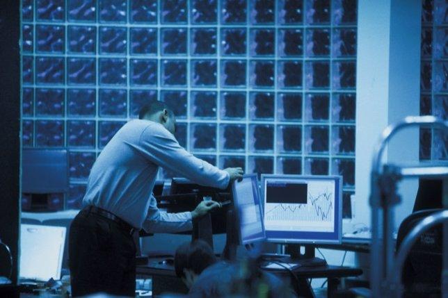 Trabajador noche, hombre, oficina, ordenador