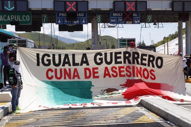 Estudiantes se manifiestan por la desaparición de estudiantes en Iguala Guerrero