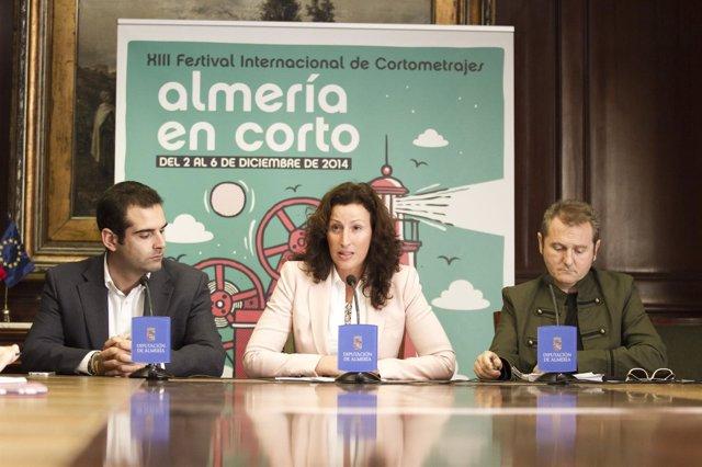 En el centro, la diputada provincial María Vázquez