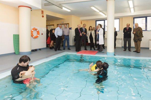 Diego visita la piscina de Aspace