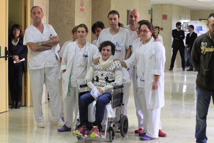 Ébola.- Teresa Romero abandona el Carlos III entre aplausos y muestras de afecto de compañeros y profesionales