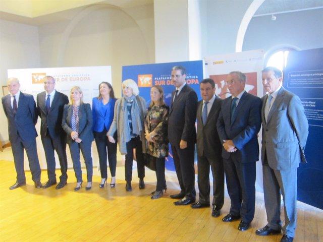 Foto de los participantes en el encuentro, con Pastor en el centro