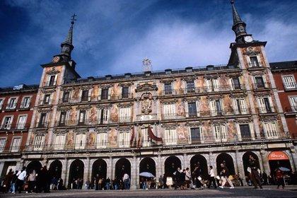 """Hosteleros lamentan el """"deterioro"""" de la Plaza Mayor por el """"macrobotellón"""" de hinchas extranjeros los días de partido"""