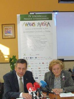 Mercedes García, presidenta de Alzheimer León, y Máximo Cayón, del jurado