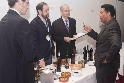 Medio centenar de importadores internacionales participan en una misión comercial en el Salón del Vino y la Aceituna