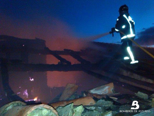 Labores de extinción del incendio de Pravia