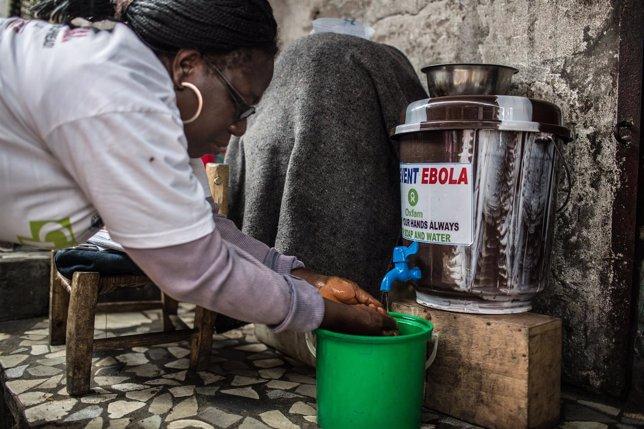 Voluntario de Oxfam Intermón se lava las manos