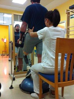 Un paciente es atendido en la Unidad de Fisioterapia del San Juan de Dios