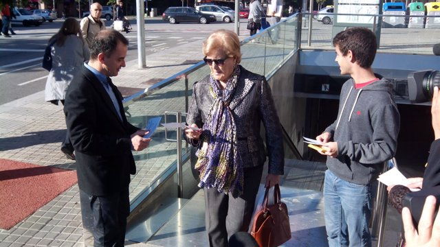 El líder de ERC en el Congreso, Alfred Bosch, repartiendo papeletas del 9N