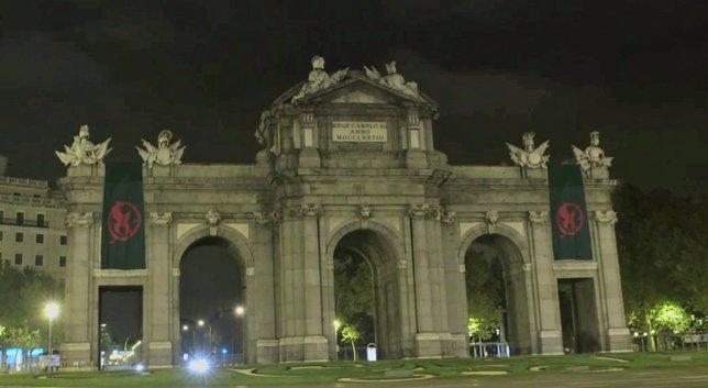 Banderas de Los juegos del hambre: Sinsajo en la Puerta de Alcalá