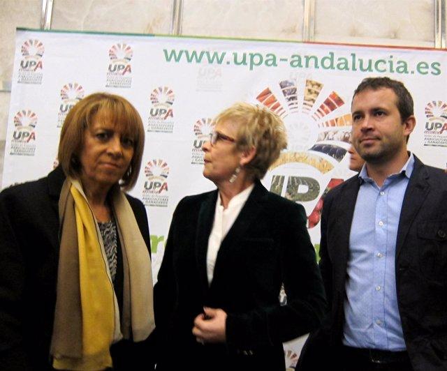 Elena Víboras, en el centro, junto a Purificación Gálvez y Julio Millán.