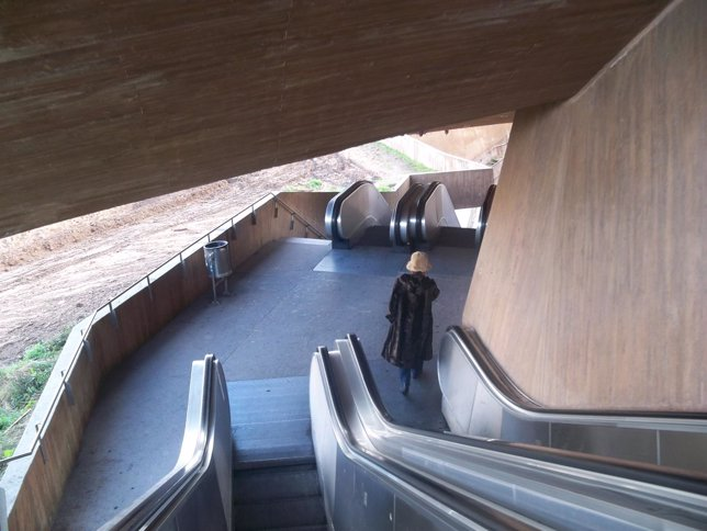 Escaleras mecánicas bajando a Toledo