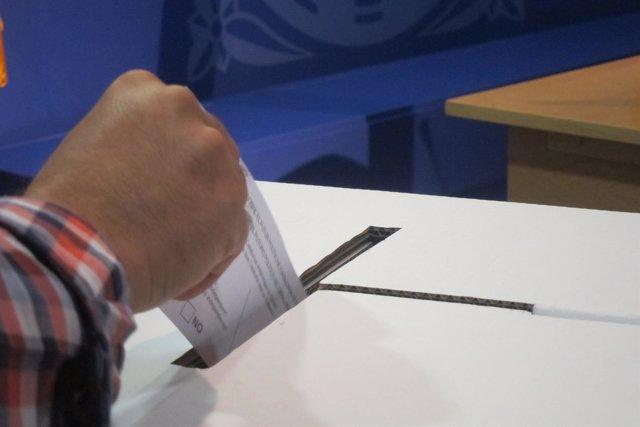 Papeleta y urna de la consulta del 9N