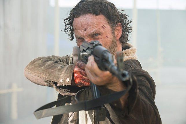 Andrew Lincoln interpretando a su personaje en la serie, Rick Grames