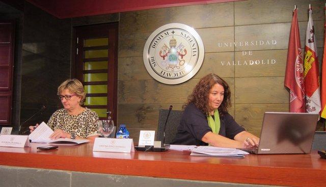 Cristina Pérez Barreiro (izq) y Julia Bachiller presentan los datos