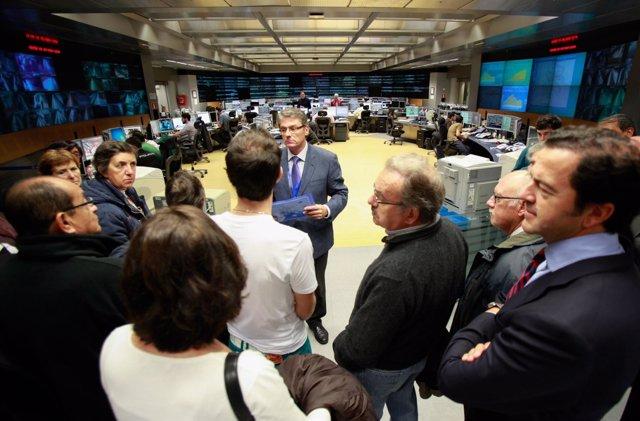El consejero acompaña a unos visitantes en las instalaciones de Metro