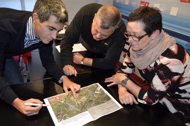 Concejales del PSOE muestran el lugar por donde transcurriría el vial que piden