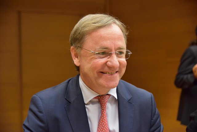 El conseller de Hacienda, Juan Carlos Moragues, comparece en las Corts.