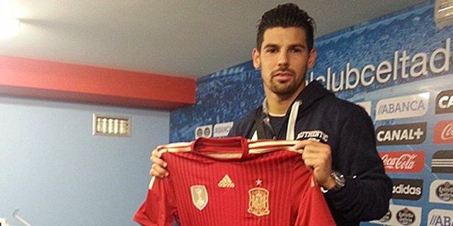 Nolito posa con la camiseta de la selección española