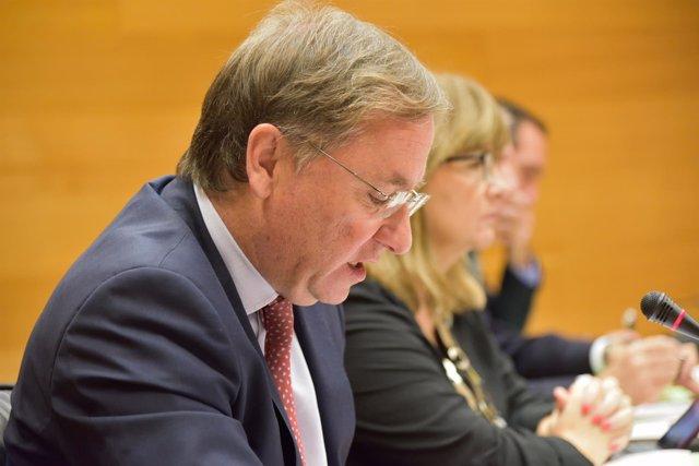 El conseller Juan Carlos Moragues detalla los presupuestos en las Corts.