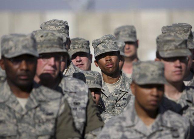 Soldados blancos y negros escuchan al Secretario de Defensa de EEUU